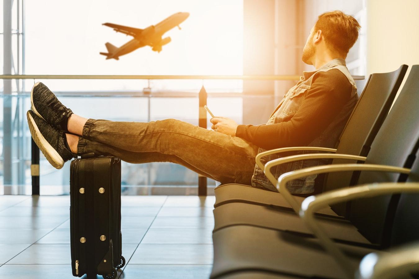 Αεροδρόμιο άνδρας με βαλίτσα