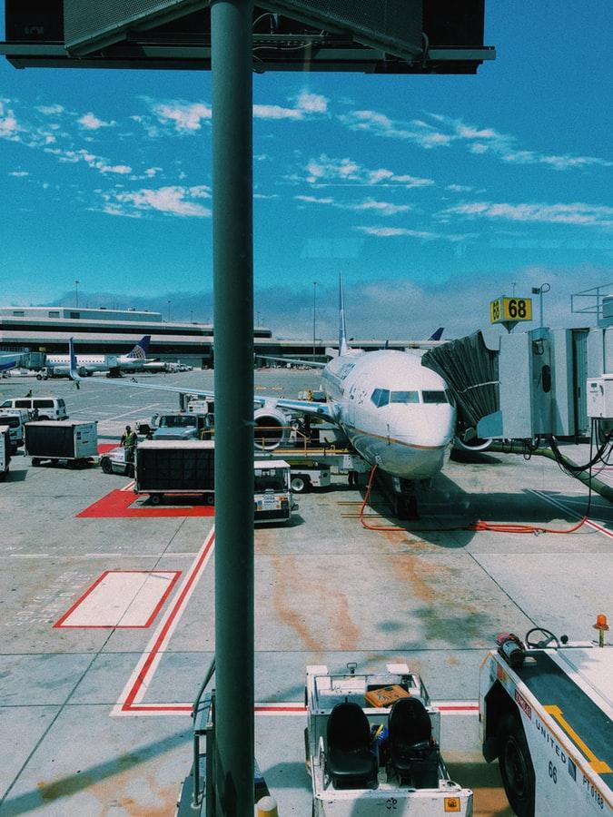 αεροπλάνο σε αεροδρόμιο