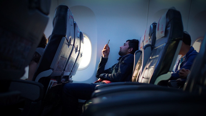 Ανδρας σε καθίσματα αεροπλάνου