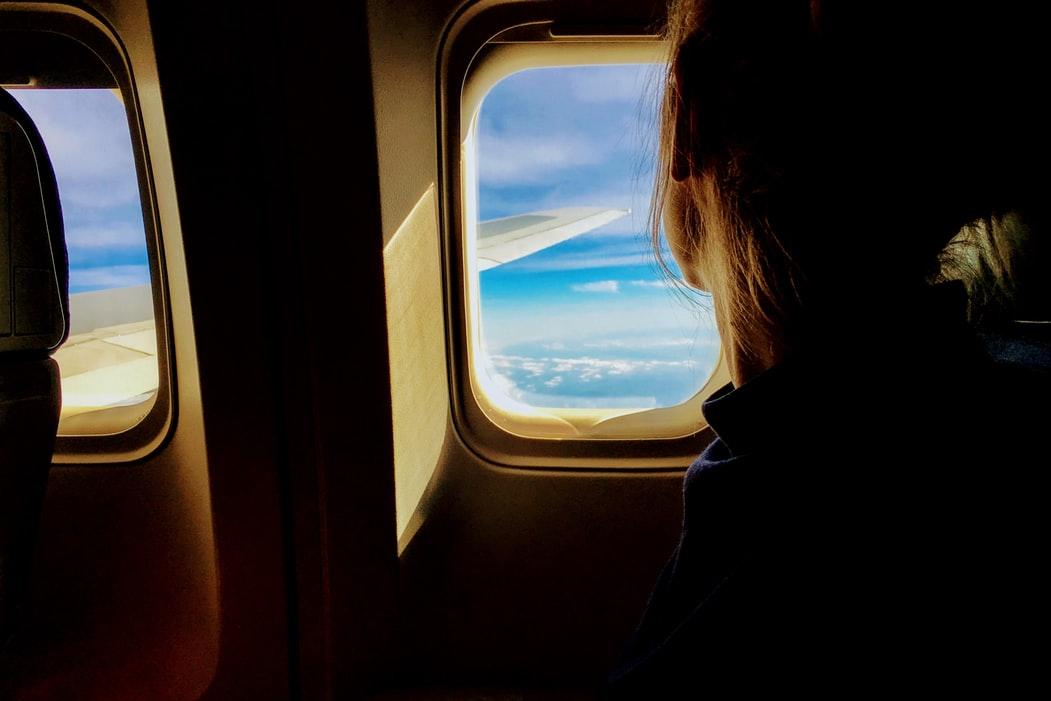 κοπέλα σε παράθυρο αεροπλάνου