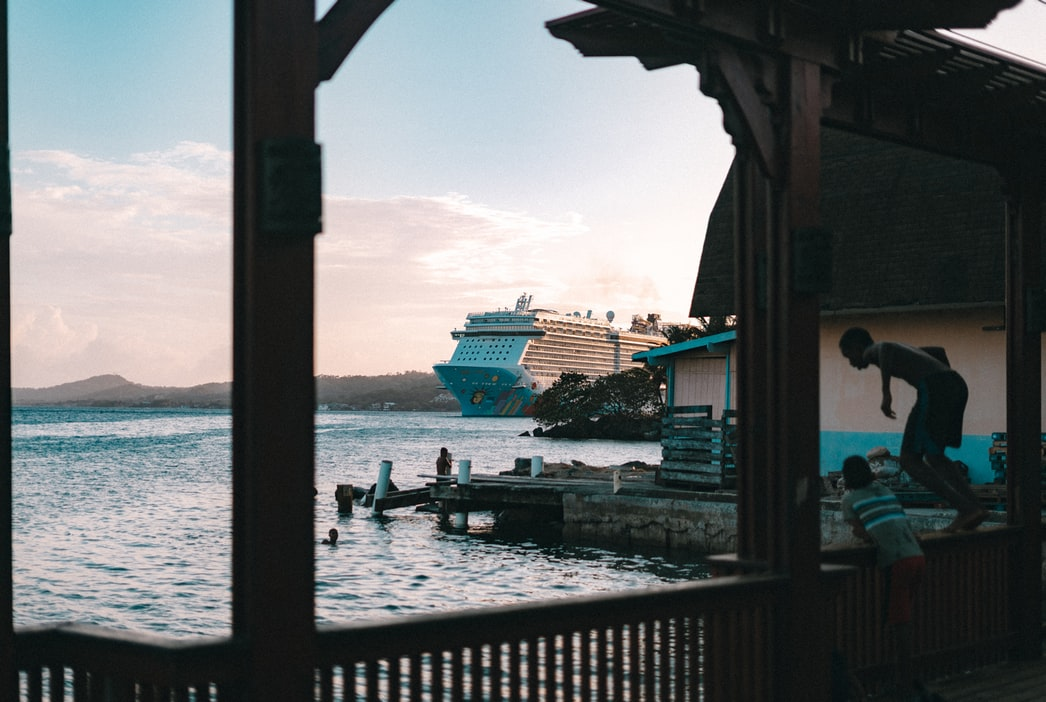 κρουαζιερόπλοιο στο βάθος της θάλασσας