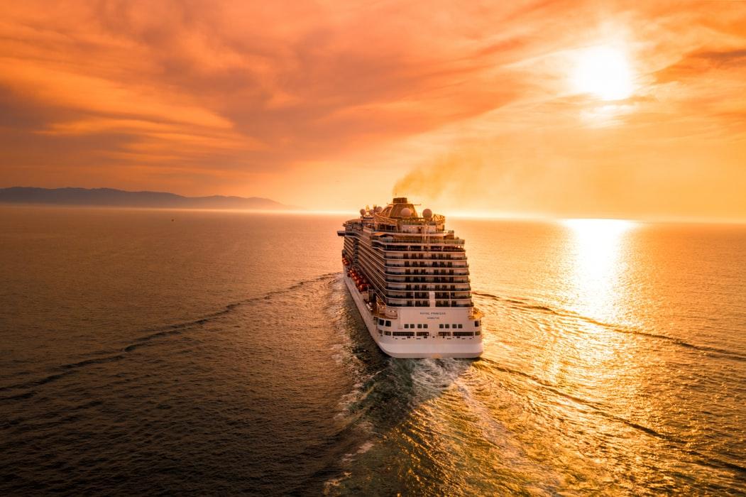 κρουαζιερόπλοιο στο ηλιοβασίλεμα