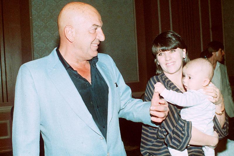  O Tέλι Σαβάλας με τη σύζυγό του και την κόρη του στο Λος Αντζελες / AP Images 