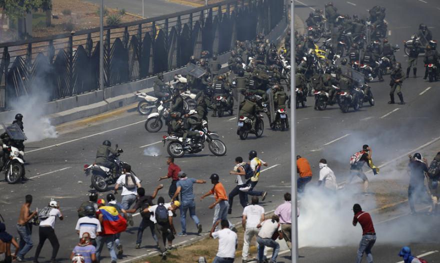 Χάος στο Καράκας - Τεθωρακισμένο πάτησε διαδηλωτές