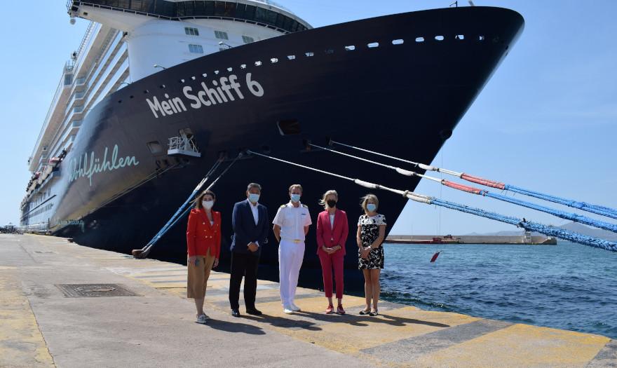 Το εντυπωσιακό «Mein Schiff 6»στο λιμάνι του Πειραιά